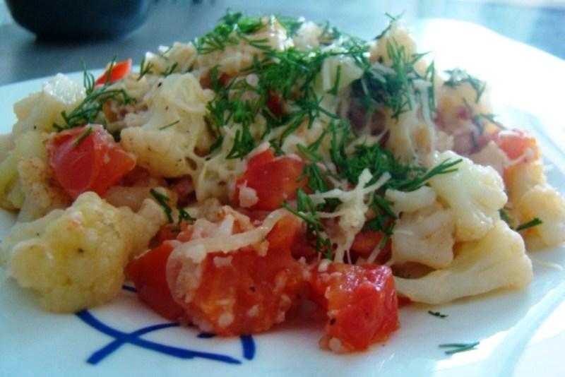жареная цветная капуста с яйцом и помидорами
