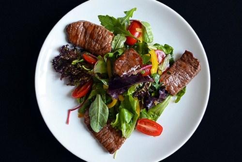 Горячий салат с говядиной и овощами