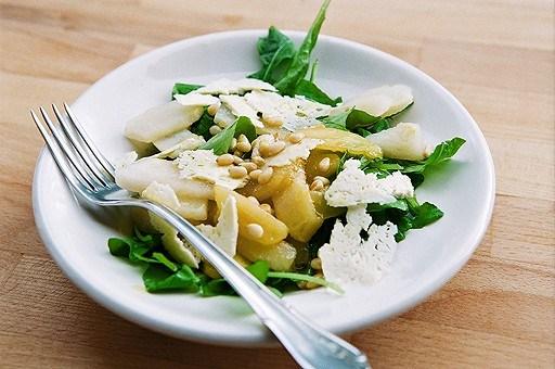 Грушевый салат с рукколой и овечьим сыром. Рецепт