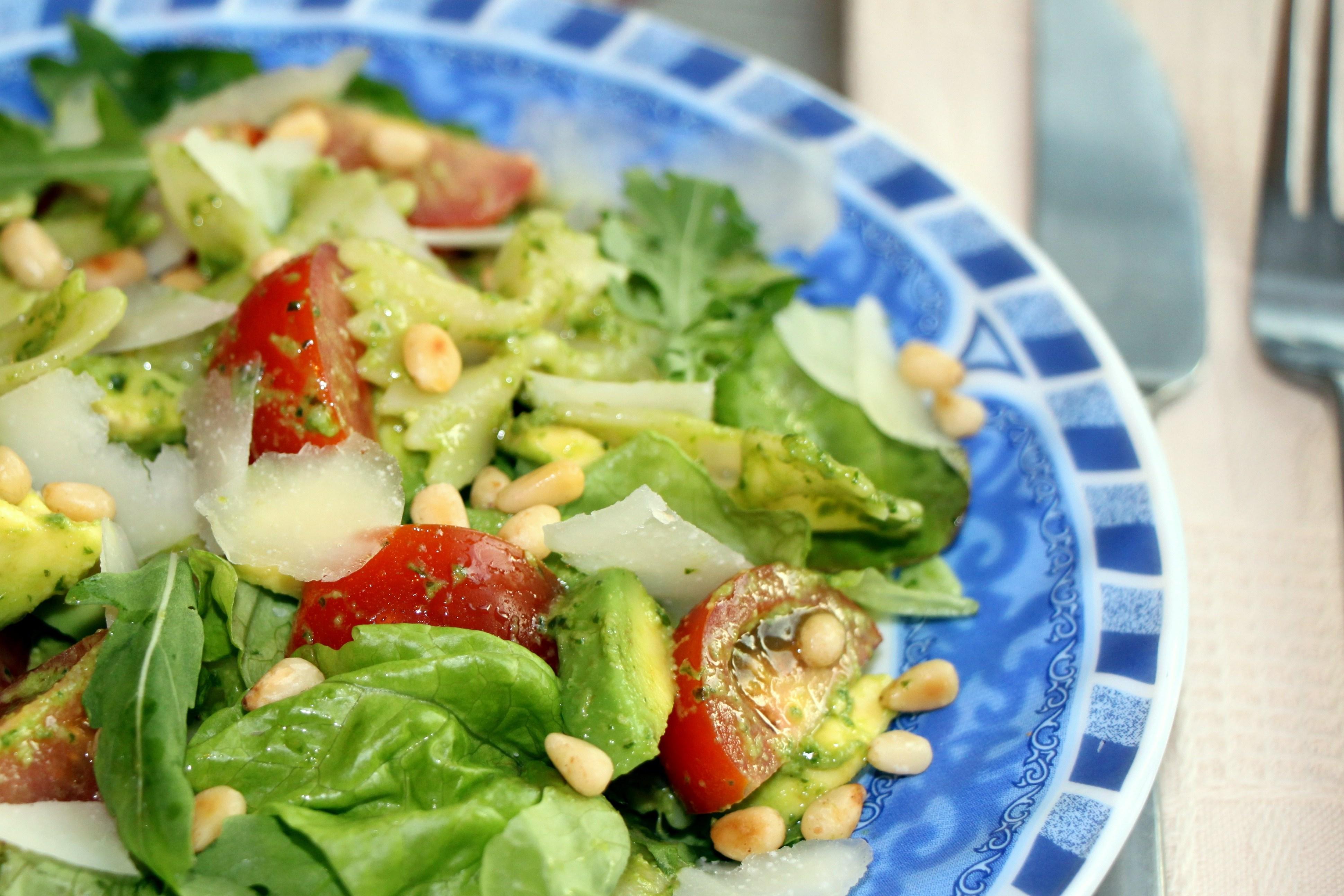 Салат из помидор с вкусным соусом