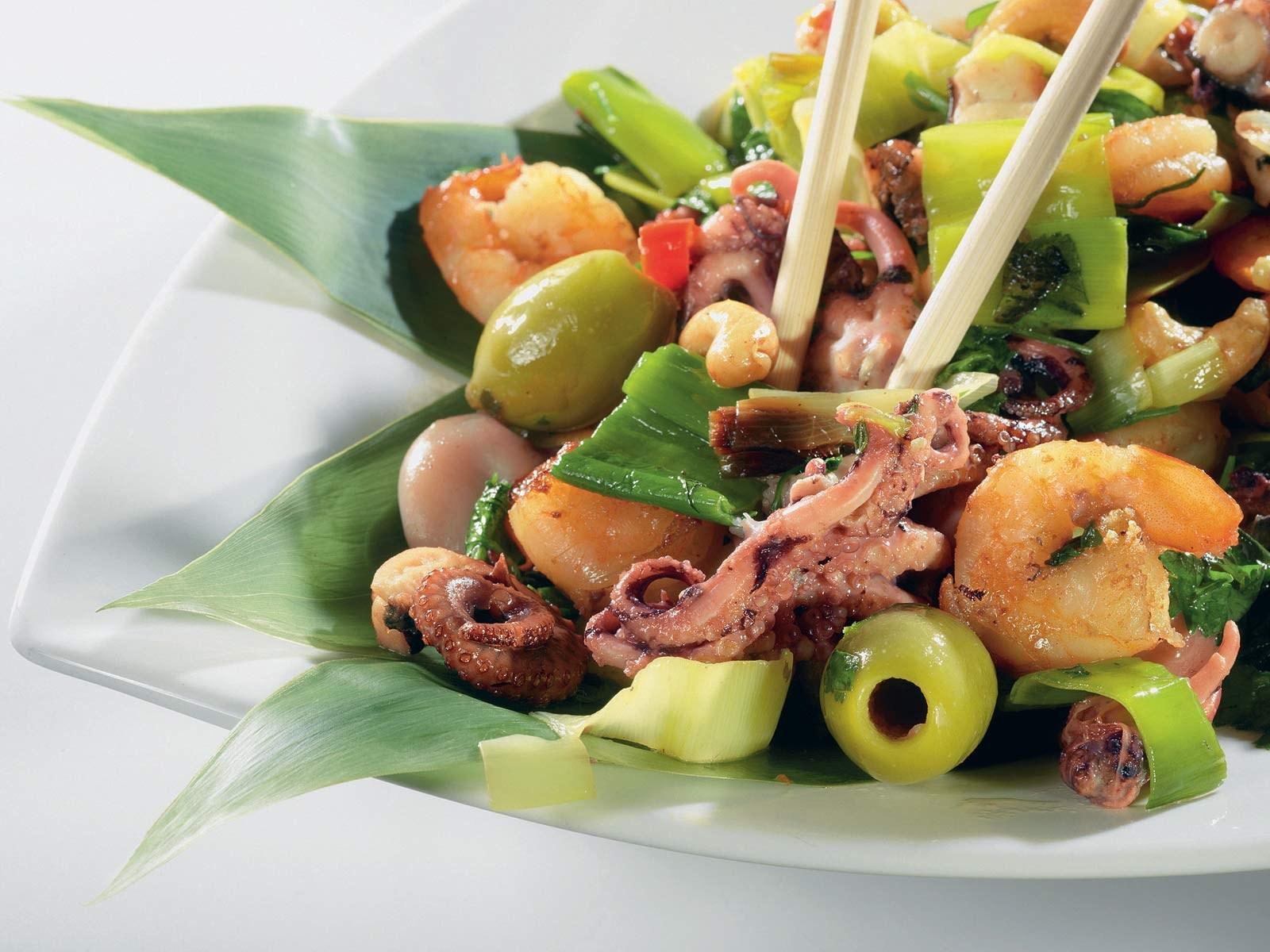 Теплый салат из морепродуктов рецепт