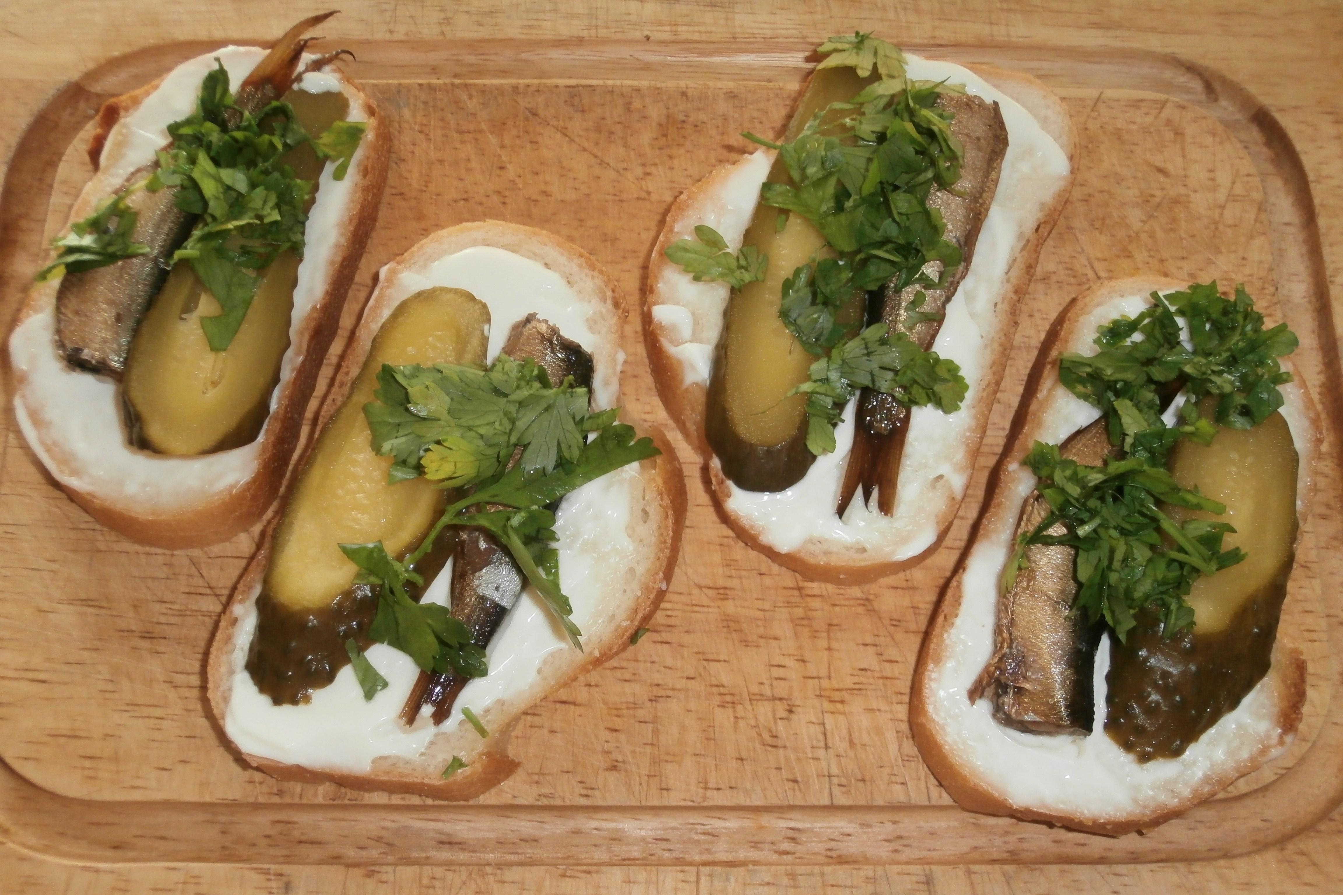 Горячие бутерброды со шпротами и огурцом в духовке рецепты