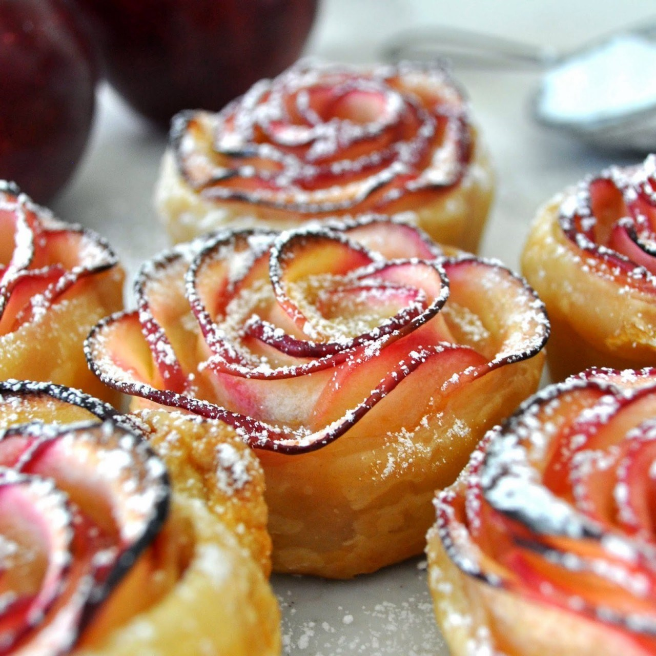Яблоки в слоеном тесте розочки рецепт с фото пошагово