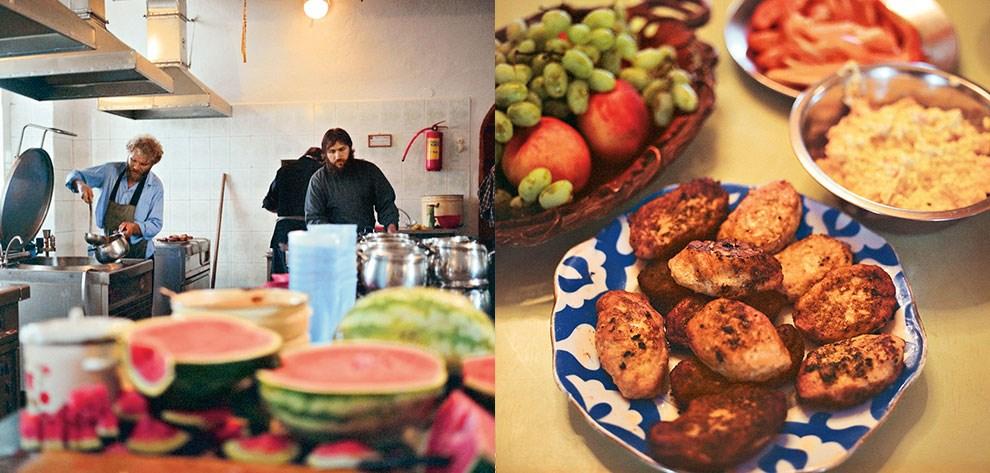 На сладкое в сезон подают арбузы; когда нет арбузов, подают сухие фрукты. Жареные котлеты — редкое блюдо в монастырском меню, здесь почти никогда ничего не жарят.