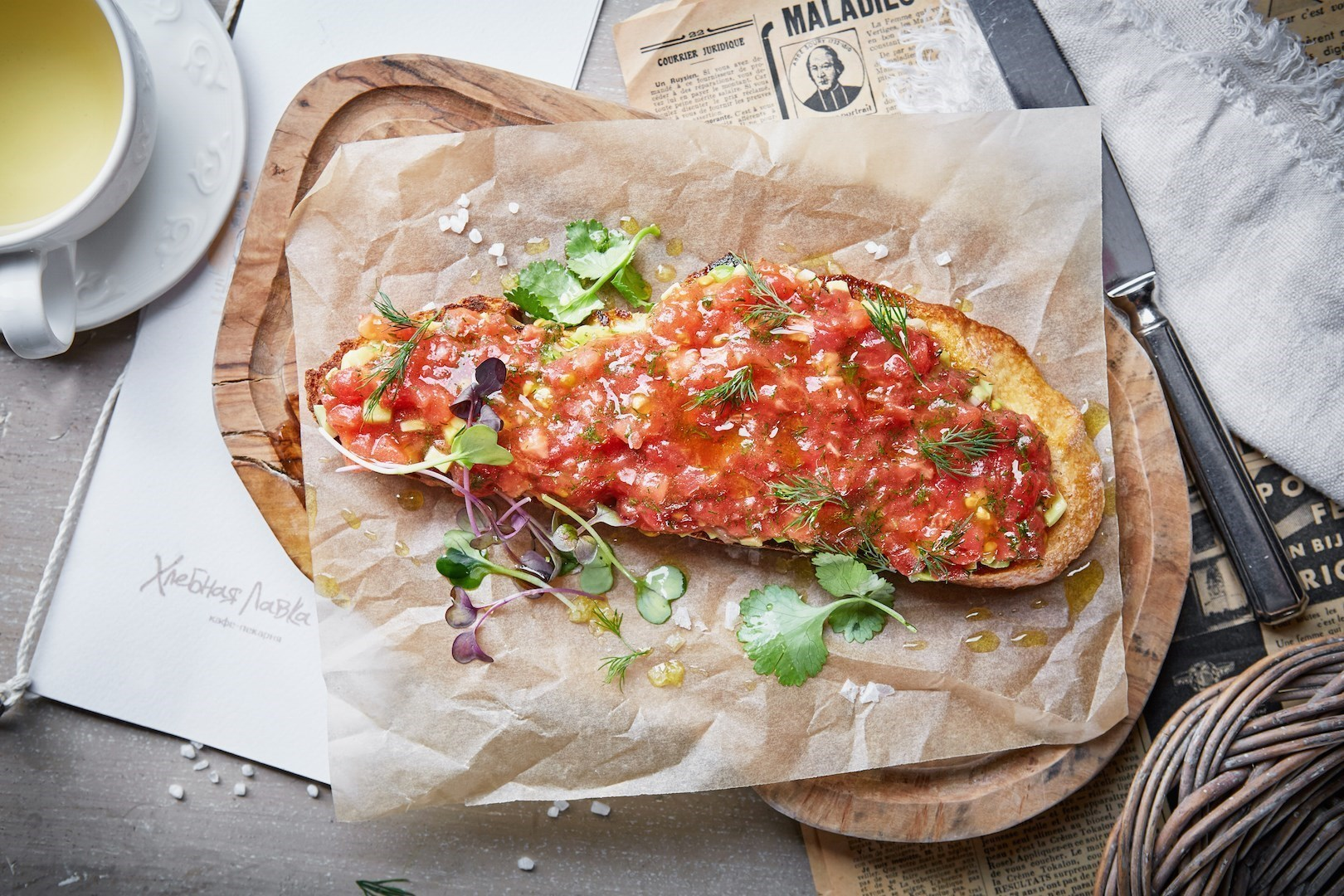 Рецепт брускетты с помидорами и авокадо