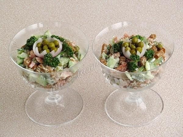 Салат с салями и сухариками пошаговый рецепт