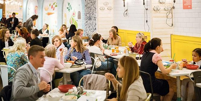 Колонны и пилястры из гжельских осколков, рецепты, написанные и нарисованные на стенах, — для того чтобы еда была не просто едой.