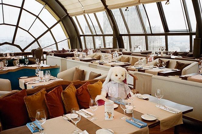 White Rabbit, ресторан с одним из лучших видов на Москву, еще и сейчас обыгрывает собственное название материальными тотемами.