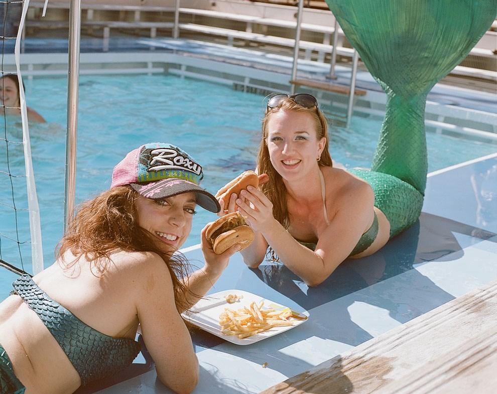 Раз в круиз хостес переодеваются в русалок и целый день развлекают гостей у бассейна; сочувствующие иногда русалок подкармливают.