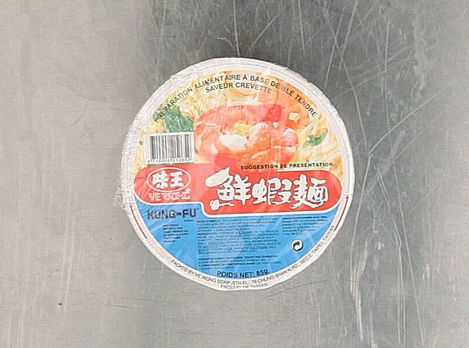Суп-лапша быстрого приготовления с искусственным ароматом креветок, сделан под маркой Kung Fu солидной тайваньской фирмой Ve Wong для сети французских азиатских супермаркетов Tang Frères и ненароком попавший в Россию. Пшеничная мука мягких сортов, пальмовое масло, сушеный лук-порей, чеснок, глютамат натрия однозамещенный, порошковый соевый соус, токоферол с приглашенным искусственным ароматом креветок исполнили нам одну из лучших песен дегустации. 256 рублей просят за нее не зря.