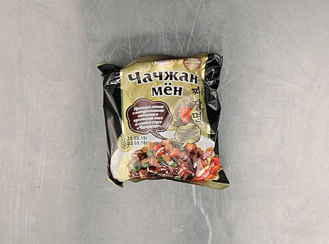 Корейская лапша «Чачжан-мён» — действительно корейская, сделана для «Доширака» в Сеуле. Главная особенность: густой, ядреный соус чачжан, в котором соевая паста, лук, картофель, капуста, свиное сало, сахар, имбирь, дрожжи и крахмал соединены в визуальное воплощение самых мрачных предчувствий. Производитель рекомендует лапшу варить — но только для того, чтобы она была более упругой. 30 рублей 45 копеек.
