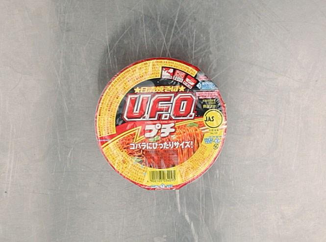 Лапша «НЛО мини» — японская, все той же Nissin. По вкусу отдаленно напоминает убийственный чачжан — возможно, потому что в составе соуса тоже есть и капуста, и свиная приправа. А также растительные жиры и белки, молочный сахар, протеиновый гидролизат, имбирь, фруктовая паста и витамины. И еще порошок моллюска. И некая водоросль. 160 рублей.