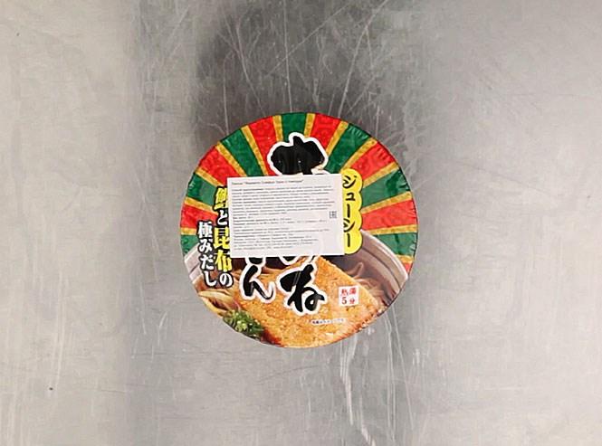Этикетку этой лапши в запале выкинули сразу, как сняли защитную пленку, и вместо опознавательных знаков на упаковке осталась только инструкция по заварке на японском языке. После дегустации выяснилось, что это «Ямамото Сэйфун Удон с темпура». То, что дегустирующие приняли за тофу, видимо, и было темпурой, но из чего она сделана, сказать все же трудно. Лапша из пшеничной муки, растительного масла и соли, в бульоне — фруктоза, мука, экстракт тунца, порошки соевого соуса и ламинарии, крахмал, дрожжи, креветки, зеленый лук, витамины и красители. 206 рублей.